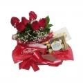 Cesta de chocolates com rosas